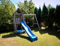 Speeltoestel in omheinde tuin