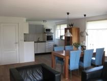 Ruime woonkamer met open keuken